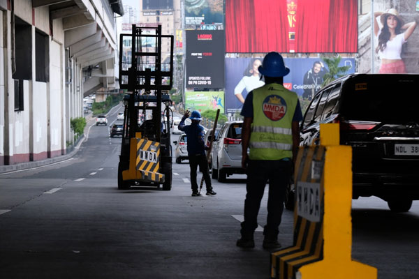 MMDA setting up yellow concrete barriers along EDSA Guadalupe / Photo Courtesy of Yummie Dingding / Daily Tribune