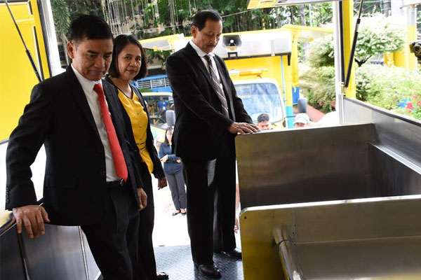 Mayor Jaime Fresnedi inspects Mobile Kitchen / Muntinlupa PIO