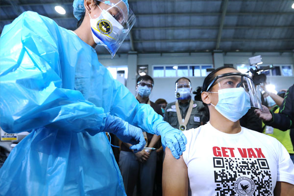 A health worker administers a Covid-19 vaccine during a mock vaccination activity in the town of Pateros on Friday (Feb. 19, 2021). About 79 percent of Pateros residents agreed to get vaccinated with coronavirus vaccines based on the local survey. (PNA photo by Joey Razon)