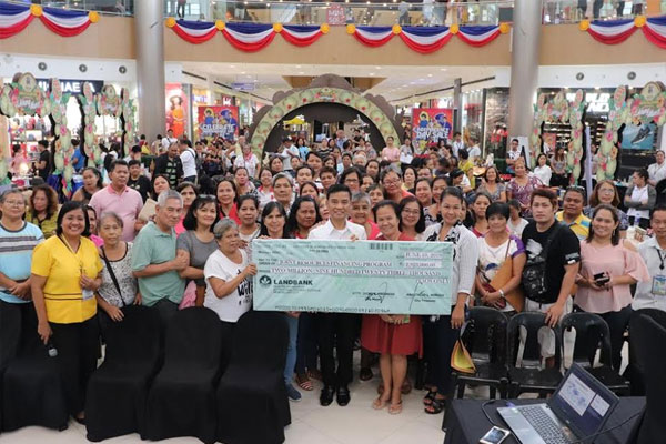 Mayor Fresnedi distributes cash for Tulong Negosyo Program