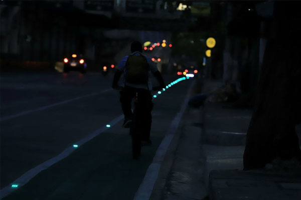 A man riding his bicycle breezes through the bike lane installed with green LED lights along Edsa in Quezon City on Sunday (April 25, 2021) / PNA