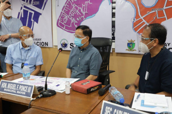 Pateros Mayor Miguel F. Ponce III (center) meets with National Action Plan (NAP) on Covid-19 Chief Implementer Carlito G. Galvez (right) and National Task Force (NTF) Against Covid-19 chairperson and Defense Secretary Delfin N. Lorenza (left) at the Pateros municipal hall Friday (Aug. 7, 2020) / PNA