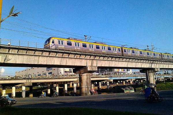LRT-2 eastbound train on the viaduct near Marikina River towards Santolan station / Wikipedia