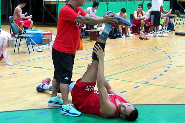 Japeth Aguilar does some stretching exercises after Ginebras practice / PBA Images