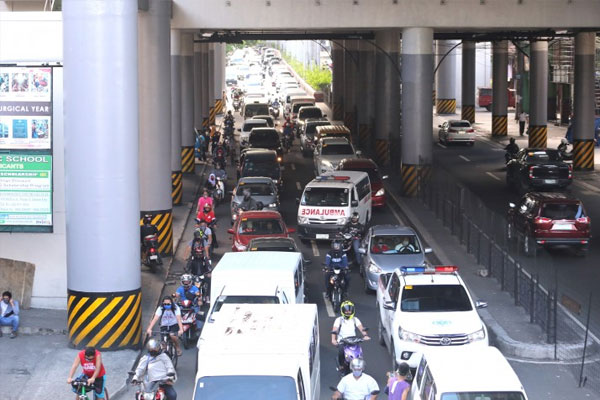 Motorists pile up along Aurora Boulevard near corner Anonas Street in Quezon City on Monday (June 1, 2020) / PNA