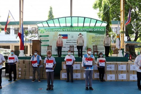 Philippine Expeditionary Forces to Korea (PEFTOK) veterans and their families receive face masks donated by the South Korean government in Camp Aguinaldo on Friday (May 22, 2020) / DND  Public Affairs Service / PNA