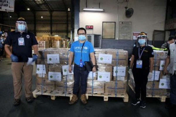 In photo, a UNICEF staff facilitates delivery of the supplies to the Department of Health (DOH). / PNA / UNICEF