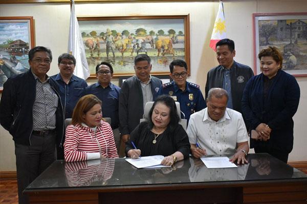 Mayor Mel Aguilar signing the Memorandum of Agreement / Las Pinas PIO