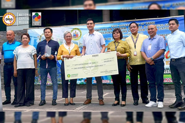 Mayor Vico Sotto, in behal fo the City Government of Pasig, receives a ceremonial check amounting Php200,000.00 as cash incentive for bagging the  2018 Regional MANILA BAYanihan / PIA