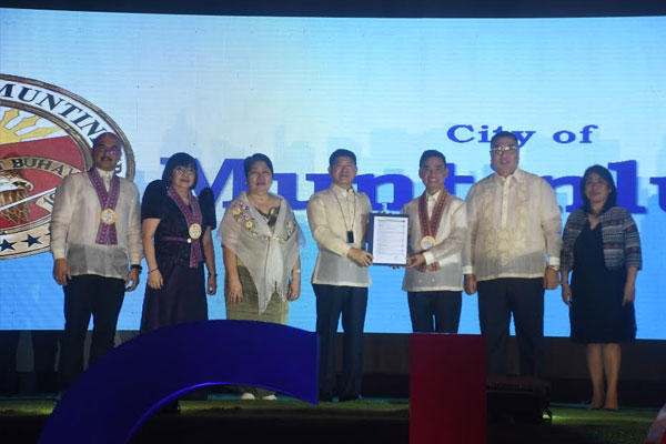 DILG Sec. Eduardo Ano turns-over the 2019 Seal of Good Local Governance award to Mayor Jaime Fresnedi during an awarding ceremony at Manila Hotel last November 4. SGLG is the DILG%u2019s progressive assessment and reward system that gives LGUs distinction for their remarkable performance across various assessment areas in governance. Also attending the program were Muntinlupa City Administrator Engr. Allan Cachuela and DILG Muntinlupa Field Office chief Bernadette Ferino / Muntinlupa PIO