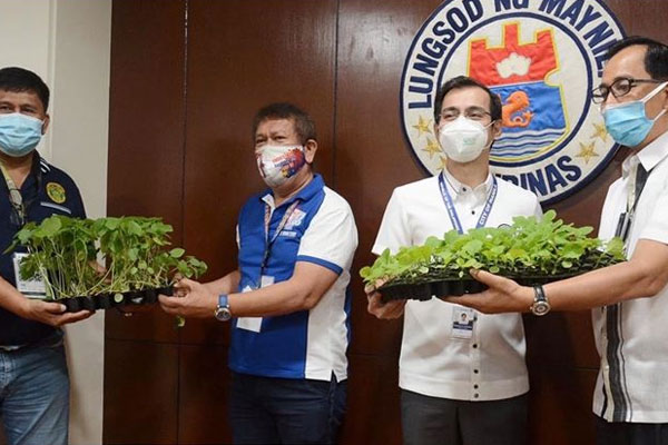 Manila City Mayor Francisco Isko Moreno Domagoso receives Nutrition Box from Agriculture Secretary William Dar / Manila PIO