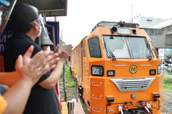 Department of Transportation Secretary Arthur Tugade and other officials clap their hands in celebration of the arrival at the Tutuban station in Manila of one of the Philippine National Railways' new Diesel Hydraulic Locomotives on Thursday (Jan. 28, 2021) / DOTr