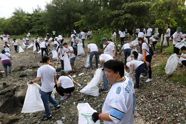 AllHome Employees during the clean-up drive at wetland park / Philippine Star