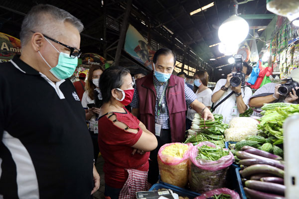 Agriculture Secretary William Dar (3rd from left), with Trade and Industry Secretary Ramon Lopez (left), visit the vegetable section of the Farmers Market in Araneta Center, Quezon City to monitor the prices and supplies of food and other basic commodities / PNA