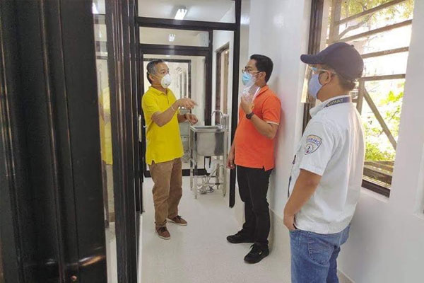 Ospital ng Muntinlupa director Dr. Edwin Dimatatac (left) and Muntinlupa City Department of Disaster Resilience and Management chief Erwin Alfonso (center) inspect the Muntinlupa Molecular Laboratory located at SAGIP Building, near Ospital ng Muntinlupa, Filinvest Corporate City, Alabang.