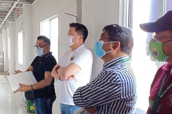 Mayor Rex Gatchalian inspects the ongoing construction of Valenzuela Hope Molecular Laboratory in Barangay Dalandanan, beside the Valenzuela City Emergency Hospital. / Photo Courtesy of Valenzuela City PIO