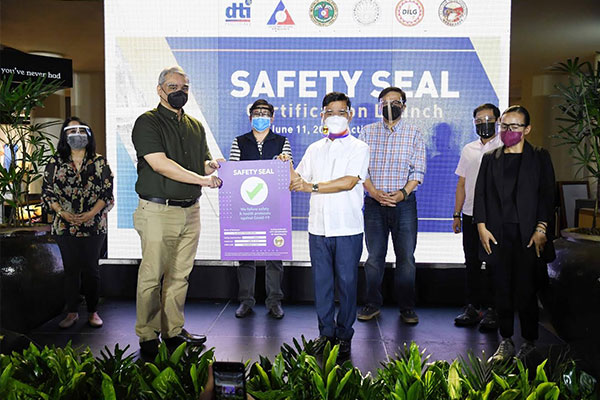 Muntinlupa Mayor Jaime Fresnedi (center) confers Safety Seal to Ayala Land Malls Inc. president Christopher Maglanoc (2nd from left) in a turn-over ceremony at Ayala Malls Alabang Town Center (ATC) last June 11. ATC is the first mall in Muntinlupa to receive the Safety Seal after complying with the minimum public health standards (MPHS) as prescribed by JMC 21-01 series of 2021. Also shown in the photo: (L-R) DILG Muntinlupa director Bing Ferino, DILG Asec. Francisco Cruz, Congressman Ruffy Biazon, Ayala Land Inc. VP and Head of External Affairs Dindo Fernando, and Ayala Land Malls Inc. South Area Head Veronica Arcenas.