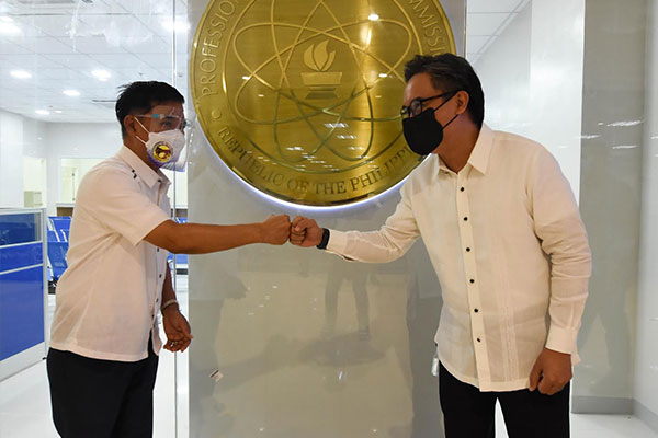 PRC services will soon be more accessible for professionals living in Metro South as a new Service Center is set to open in Muntinlupa City. Mayor Jaime Fresnedi (left) met PRC-NCR regional director Dir. Lord Louis Valera (right) during the turn-over ceremony of the new PRC Service Center at Ayala Malls South Park, Alabang last July 22. PRC Service Center in Muntinlupa is set to be fully operational in the coming weeks.