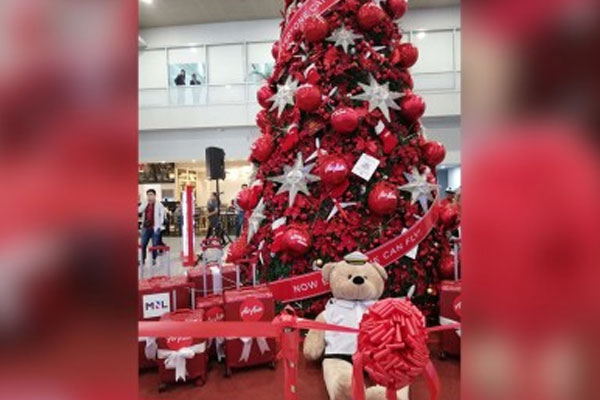 Budget carrier AirAsia Philippines unveils its first Christmas tree at the NAIA Terminal 3 on Tuesday (November 19, 2019) / PNA