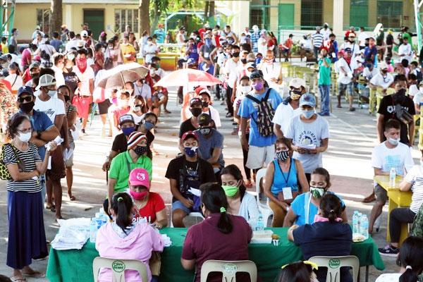SAP Distribution in Metro Manila / Photo Courtesy of PNA