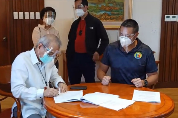 San Juan City Mayor Francis Zamora (right) and Cardinal Santos Medical Center President & Chief Executive Officer Raul Pagdanganan (left) sign a memorandum of agreement on Wednesday (Sept. 9, 2020) to strengthen the provision of medical assistance to marginalized residents in the city / Screengrab from San Juan City Mayor Francis Zamoras Facebook page