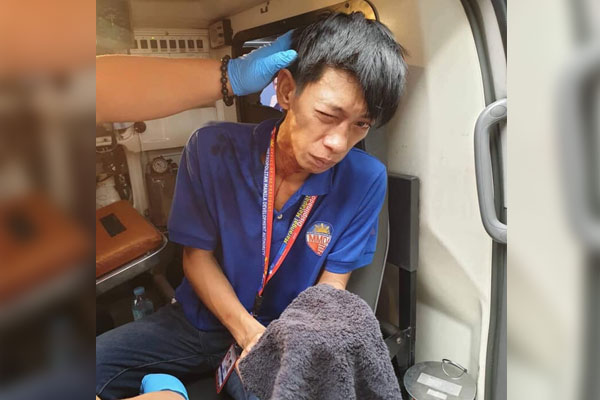 Metropolitan Manila Development Authority (MMDA) Sidewalk Clearing Operations Group personnel Arvin Gabay is attended to by first aid responders on board an MMDA ambulance on Friday (Nov. 22, 2019) / PNA