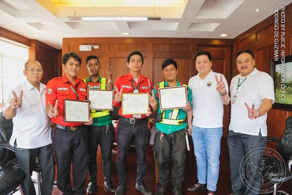 City Mayor REX Gatchalian, together with Public Order and Safety Group (POSG) Chief Jose Valenzuela and Traffic Management Office (TMO) Chief P/Maj. Artermio Delina (Ret). commends five city traffic officers for a job well done. / Valenzuela PIO