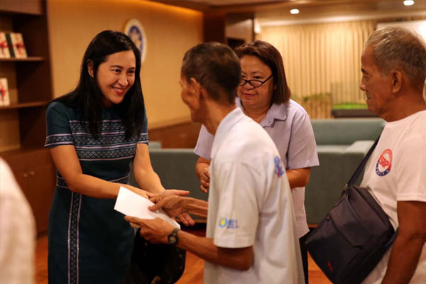 Quezon City Mayor Joy Belmonte gives financial assistance to hog raisers from Brgy. Tatalon whose livelihood were affected by African Swine Fever. / Facebook / MayorJoyBelmonte