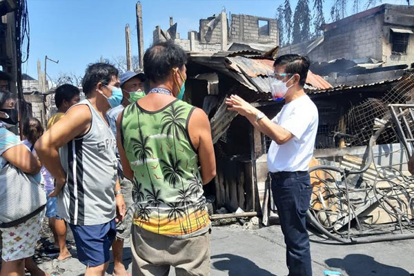 Mayor Jaime Fresnedi visits residents who were affected by a fire incident in Brgy. Cupang last April 28. The local government has provided hot meals and family kits to affected families who are temporarily taking shelter at Mullet Compound Covered Court. Fire victims are also set to receive financial assistance through a local resolution.