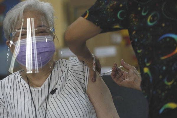 An elderly woman gets her Covid-19 vaccine dose during the mass vaccination at the Justo Lukban Elementary School in Paco, Manila on Thursday (April 1, 2021) / PNA