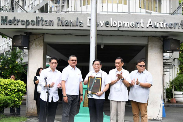 MMDA Officials present Seal of Excellence in Public Service award of KWF / MMDA PIO
