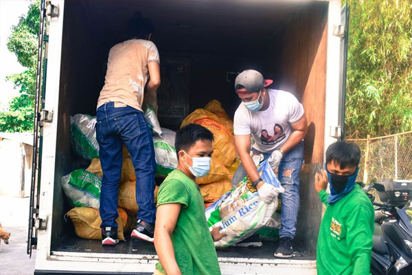 Las Pinas City gives vegetable packs in Sunshineville, Satima Village and Mother Earth, Brgy Talon Dos / Las Pinas PIO