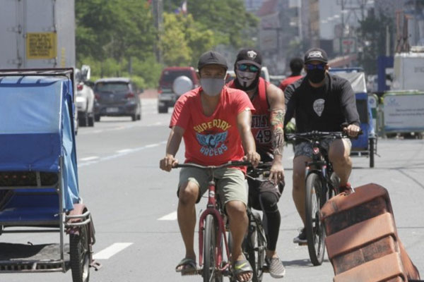 Bicycle riders run counter to the flow of traffic along Roxas Boulevard in Para%uFFFDaque City on Wednesday (May 27, 2020) / PNA