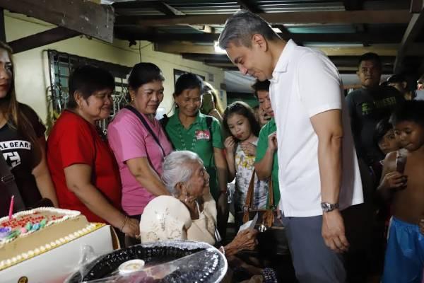 Navotas Mayor Toby Tiangco grants cash gift to Marciana Martin / Navotas PIO