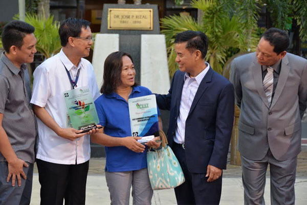 Mayor Jaime Fresnedi (4 th from left) congratulates Muntinlupa winners in the 2019 National Science and Technology Week by DOST during the city%u2019s flag raising ceremony last July 22 /%2