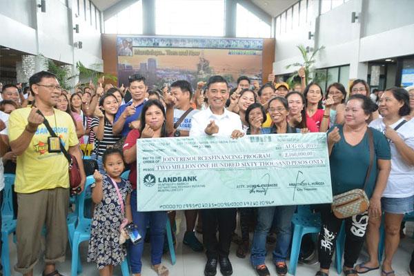 Muntinlupa Mayor Jaime Fresnedi distributes the loan assistance to Muntipreneurs / Muntinlupa PIO