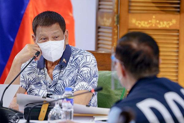 President Rodrigo Roa Duterte confers with Health Secretary Francisco Duque III / PCOO
