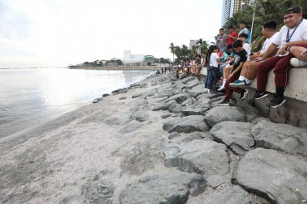 Photo of Manila Bay seawall along Roxas Boulevard after a massive clean-up drive as ordered by President Rodrigo Duterte in January last year / PNA