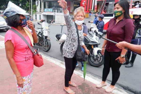 Two elderly women complain to Metropolitan Manila Development Authority spokesperson Celine Pialago (right) while on NIA North Street corner Edsa, Quezon City on Friday (Oct. 9, 2020) / PNA