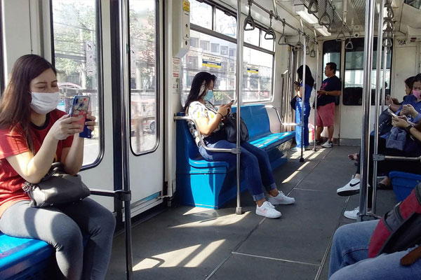 Passengers of the MRT-3 keep their distance from one another / PNA / Gil Calinga