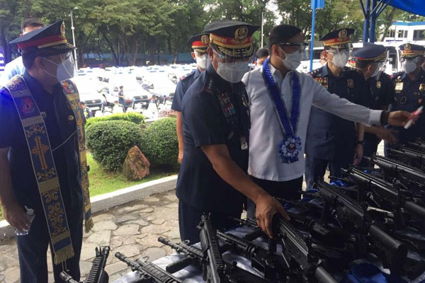 PNP chief, Gen. Camilo Cascolan, takes a look at one of the new basic assault rifles that are among the PHP569 million worth of new equipment acquired by the police force, in Camp Crame on Monday (Oct. 26, 2020) / PNA