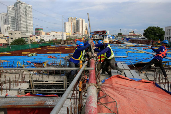 Workers lay out steel bars in constructing the 8-kilometer 4-lane elevated highway along Buendia avenue in Makati City, metro Manila. / Reuters