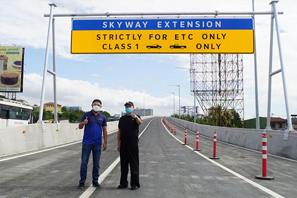 San Miguel Corporation (SMC) president and COO Ramon S. Ang and Department of Public Works and Highways (DPWH) secretary Mark Villar conduct a final inspection of the four-kilometer Skyway Extension northbound project from Susana Heights to Sucat before its opening to the public last Sunday. The opening of the initial two lanes of the Skyway Extension northbound allows motorists from Laguna, Cavite, and Batangas to bypass the Alabang viaduct to directly access the Skyway System, reduce congestion along EDSA, and significantly reduce travel times.