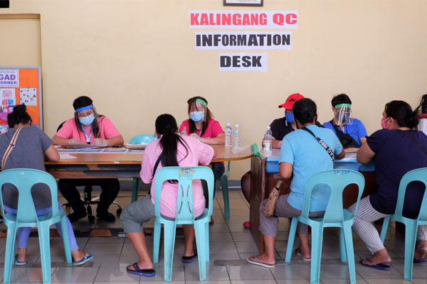 Residents of Barangay Sta. Monica in Quezon City register for the Kalingang QC program at the Quezon City Mini City hall, Novaliches, Quezon City / PNA