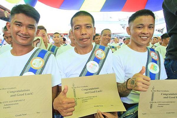 Manila City Jail inmates ALS graduates show certificate of graduation / Tribune