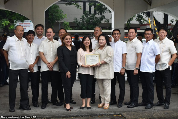 Mayor Mel Aguilar and Vice Mayor April Aguilar awarded Geraldine Jade F. Papa the certificate of commendation from the City Government of Las Piñas for her exemplary performance / Las Pinas%2