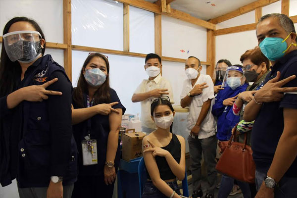 The local government of Muntinlupa has started inoculating minors aged 12-17 years old with co-morbidities on Monday, October 25, at the city-run Ospital ng Muntinlupa (OsMun) in Alabang. A 17 year old female resident with allergic rhinitis and asthma was the first pediatric A3 vaccine recipient in Muntinlupa. Joining the pilot pediatric vaccination at OsMun include Muntinlupa Mayor Jaime Fresnedi (3rd from right), DOH-NCR Asst. Regional Director and NTF Consultant Dr. Maria Paz Corrales (2nd from left), OsMun director Edwin Dimatatac (left), and Coun. Allan Camilon (center).