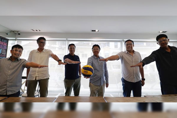 Volleyball Federation president Ramon Tats Suzara (4th from left) and secretary general Don Caringal (2nd from left) pose for unity with newly-appointed national coaches (from left) Paul John Doloiras (womens beach volleyball), Arthur Odjie Mamon (womens volleyball), Dante Alinsunurin (mens volleyball) and Rhovyl Verayo (mens beach volleyball) on Thursday (March 11, 2021)