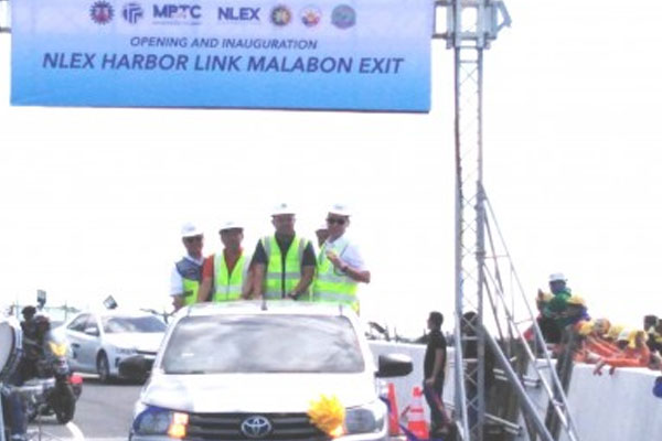 Public Works Secretary Mark Villar (2nd from right) leads the inaugural drive-through for the formal opening of the Malabon Exit of the C3-R10 Section of the NLEX Harbor Link Segment / PNA